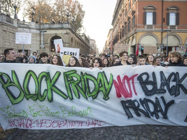 Black Friday contro Block Friday: oggi il mondo si divide La diretta tv