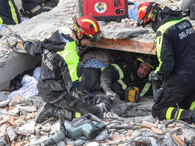 Albania, nuova scossa nella notte. Mamma e tre figli trovati abbracciati sotto le macerie: i morti ora sono 49