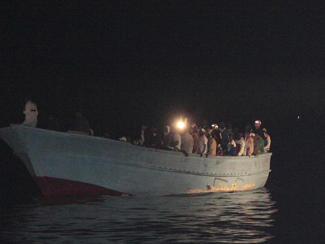 Migranti, la Ocean Viking soccorre barcone con 60 persone tra cui un neonato