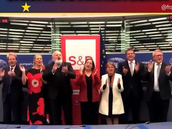 Ue, Gentiloni e i commissari socialisti cantano Bella Ciao in aula, ira Meloni