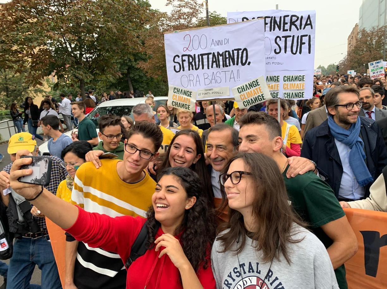 Ragazzi in corteo per l'ambiente a Milano alla fine di settembre (Ansa)