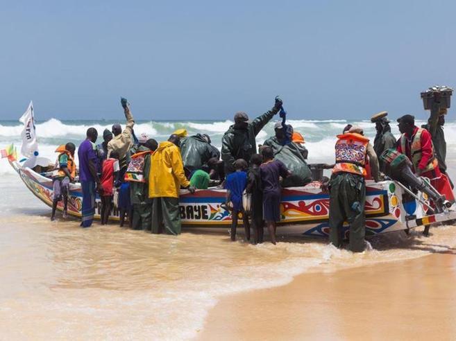 Barcone di migranti naufraga nell'Atlantico, 58 morti