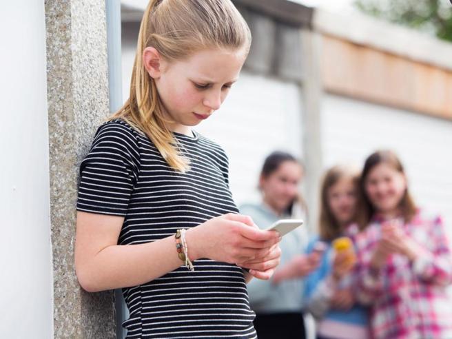Internet, l'84% degli under 14 ha un profilo social. Tutti mentono sull'età