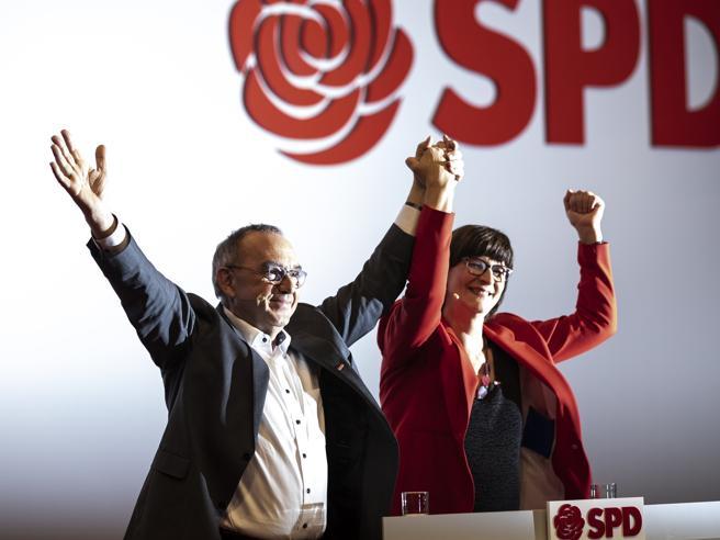 Spd, il congresso elegge il doppio leader: un uomo e una donna