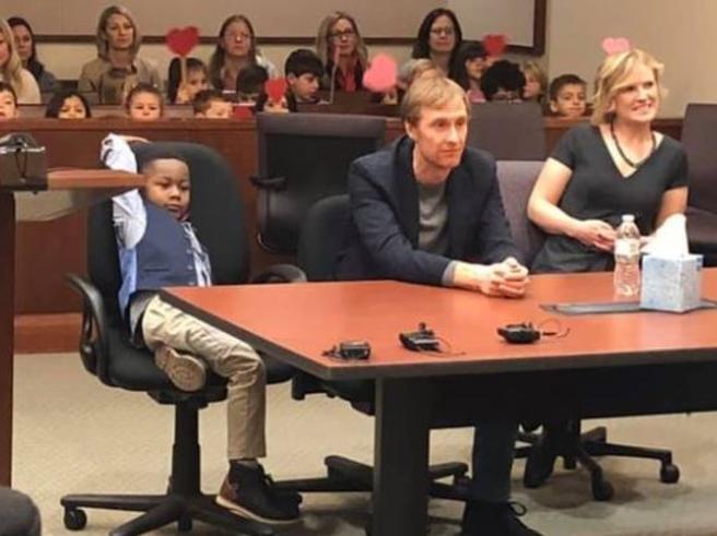 Michael, 5 anni,  si presenta con  la classe all'udienza per l'adozione