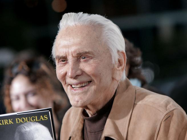 Kirk Douglas compie 103 anni e non vuole la festa di compleanno