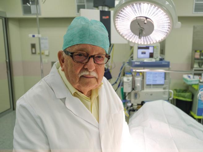 Giampiero Giron Fu l'anestesista del primo trapianto di cuore in Italia«Mi ricordo come si fa, perché smettere? La pensione è la morte civile»A 85 annivado in salaoperatoriaa tapparei buchi