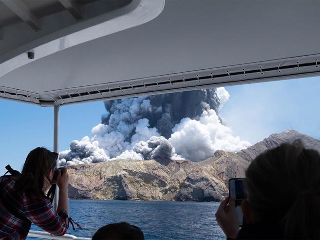 Nuova Zelanda, erutta il vulcano della White Island: 5 morti, turisti dispersi