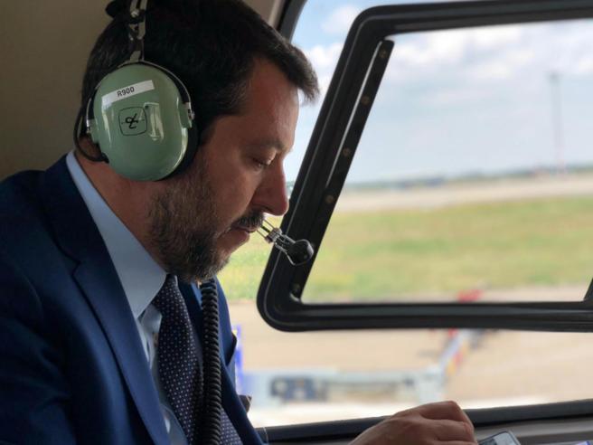 Salvini indagato per i voli di Stato: «Possibile abuso d'ufficio». Verifiche su 35 viaggi