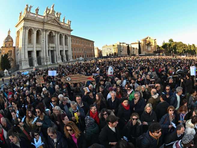 La manifestazione delle Sardine a Roma, in piazza San Giovanni, in diretta