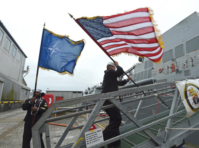 Marinai con le bandiere della Nato e degli Usa a Plymouth, in Inghilterra (Getty Images)