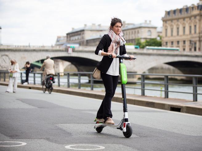 Parigi, la riscossa del monopattino grazie alle (odiate) piste ciclabili