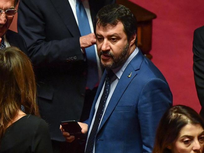 Nel vuoto l'appello di Salvini al Comitato di salvezza nazionale. E lui insiste: al tavolo insieme