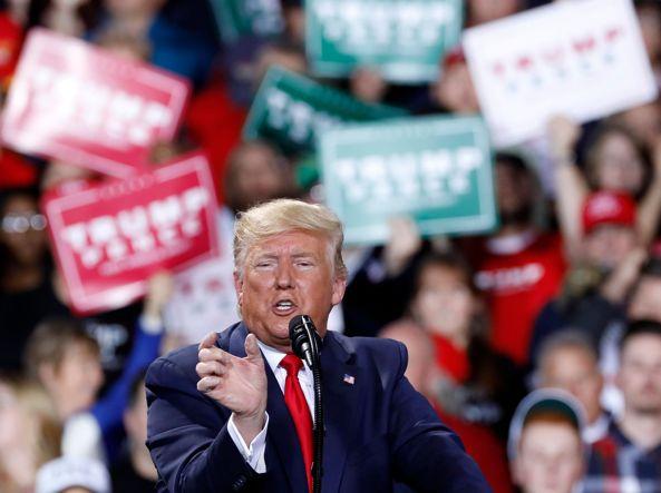 Trump durante il comizio a Battle Creek (Afp)