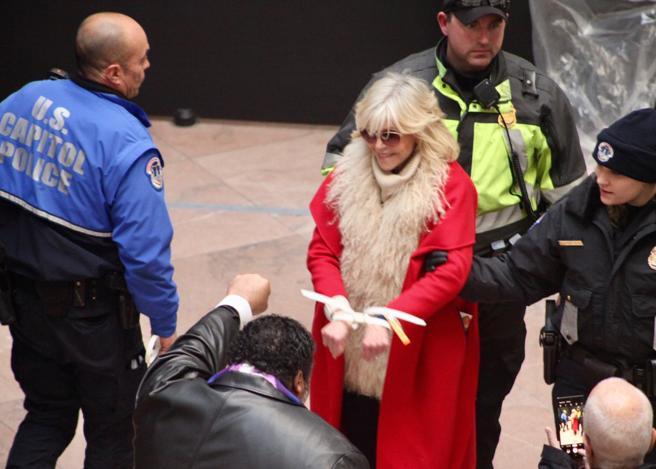Jane Fonda compie 82 anni e viene arrestata per la quinta volta. Gli attivisti le cantano «Happy birthday»
