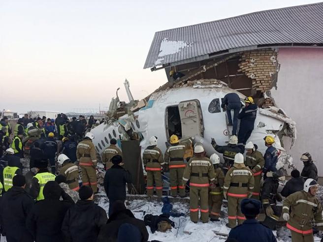 Kazakistan, precipita aereo della Bek Air con 100 persone a bordo