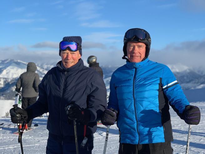 Arnold Schwarzenegger e Clint Eastwood sugli sci. La foto social: «Chi è il duo più iconico?»