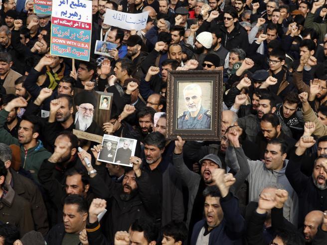 Iran, decine di migliaia in strada protestano per l'uccisione di Soleimani: «Morte all'America»