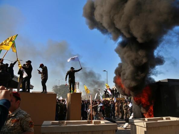 Proteste davanti all'ambasciata Usa a Baghdad (Foto Ap)