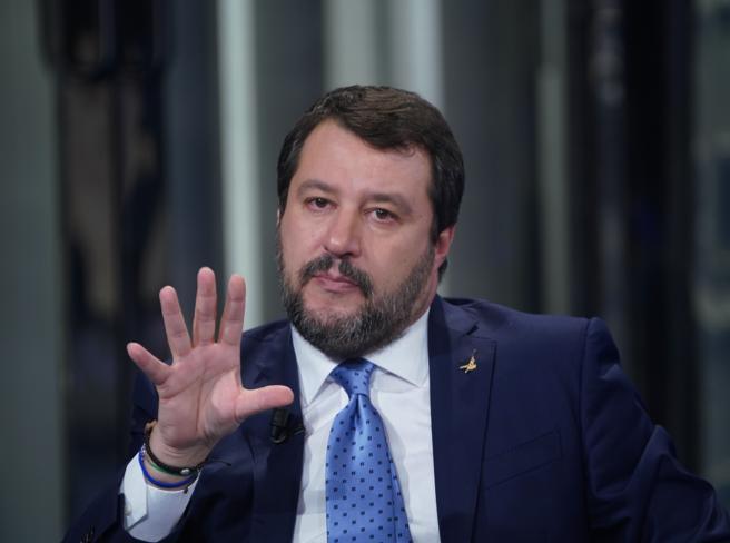 Quello strano caso di Salvini, il leader che sotto processo prende più voti