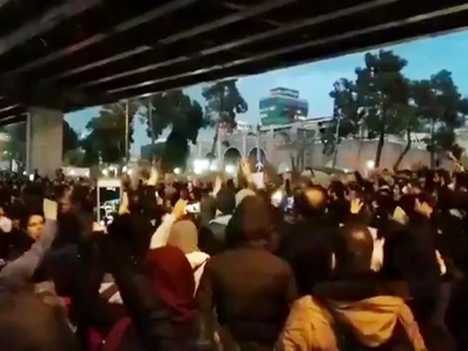 Teheran ammette: l'aereo, un errore Studenti in piazza: morte ai bugiardi