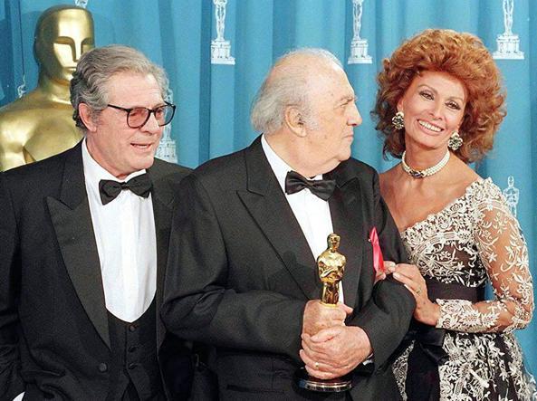 Marcello Mastroianni, Federico Fellini e Sophia Loren durante la Notte degli Oscar del 1993 a Los Angeles, dopo la consegna dell'Oscar alla carriera al regista (Foto Ansa)