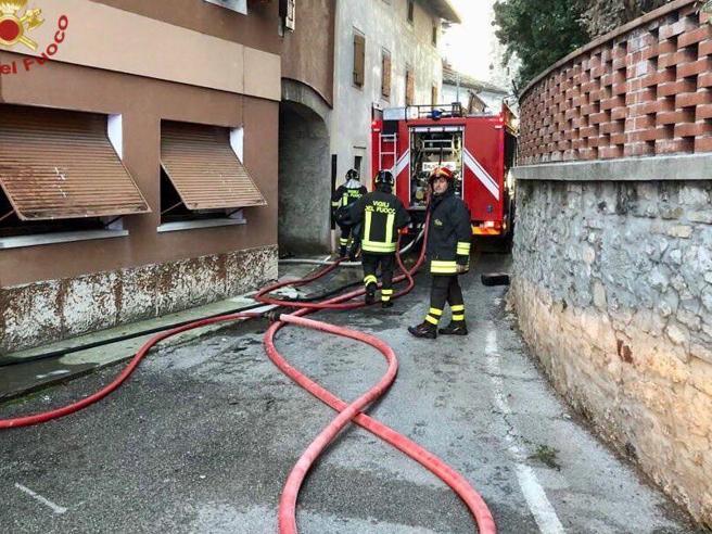 Lucca, uomo avvolto dalle fiamme: è gravissimo. «Aveva ricevuto lo sfratto»