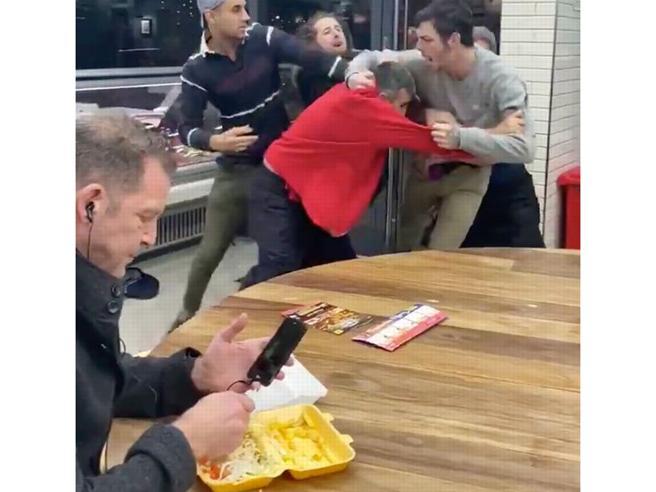 Il britannico imperturbabile si gode il kebab mentre nel fast food scoppia la rissa