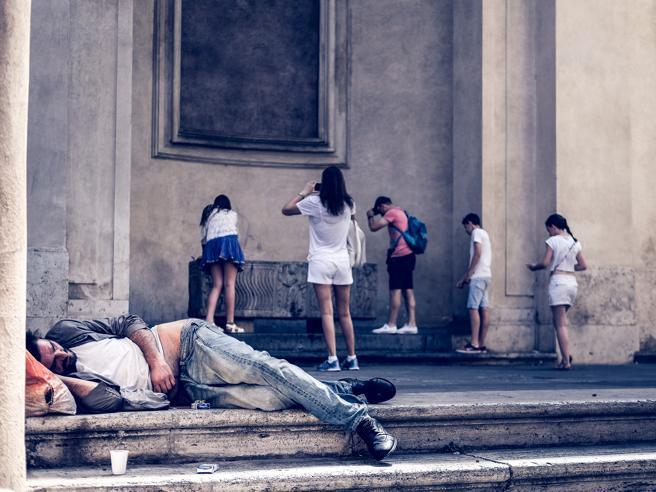 Italiani (sempre) più poveri: oltre il 30% dei giovani occupati guadagna meno di 800 euro lordi al mese