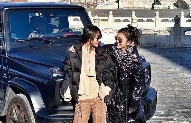 Due «ricche» entrano in Suv nella Città Proibita di Pechino