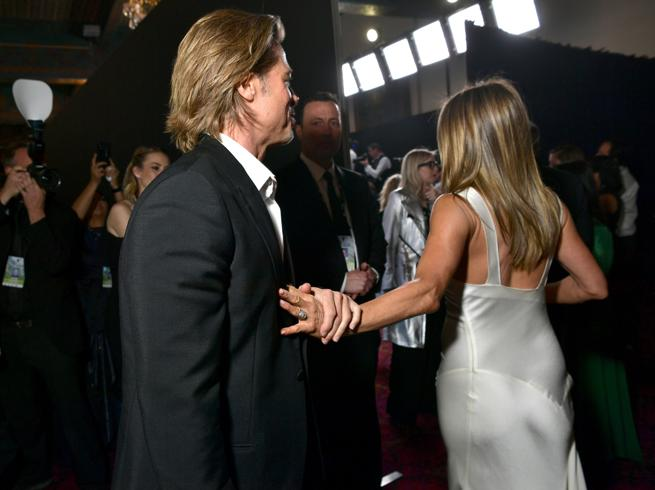 Brad Pitt e Jennifer Aniston di nuovo insieme? La mano trattenuta fa sperare