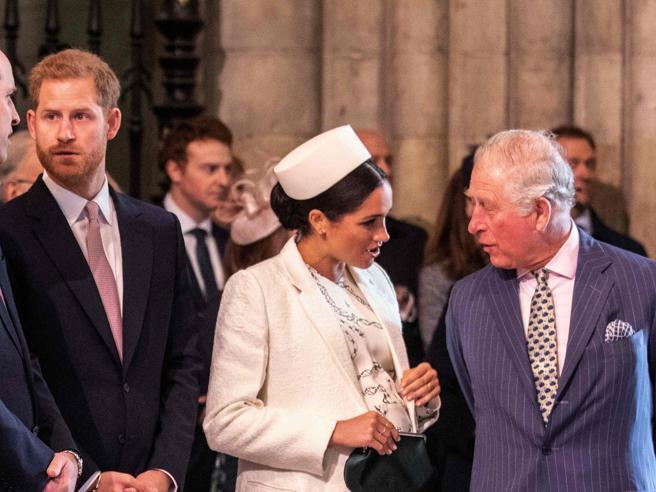 Harry e Meghan, Carlo continuerà a finanziarli, ma solo per un anno