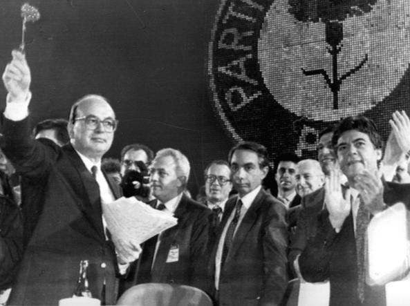 Martelli con Craxi e Amato (al centro) al 44esimo congresso del Psi (foto Ansa)