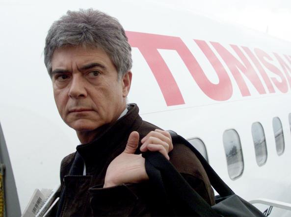 Claudio Martelli sale sull'aereo per Hammamet il 18 gennaio 2001, in occasione della prima commemorazione di Bettino Craxi ad un anno dalla morte (foto Ansa)