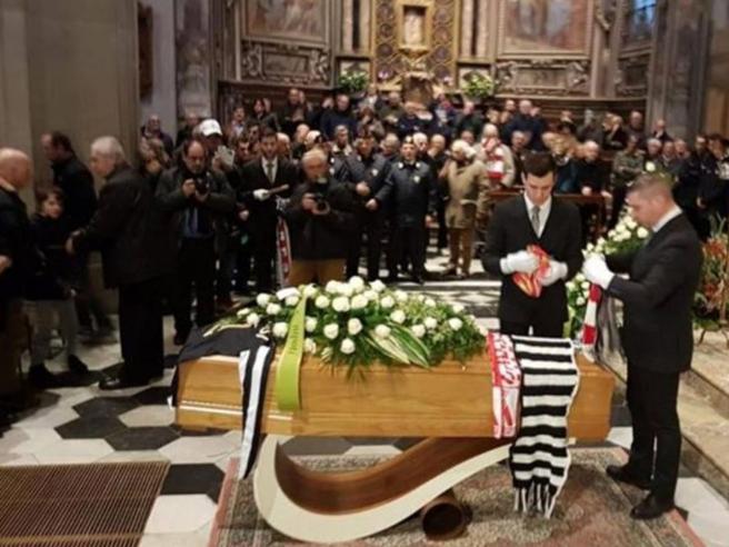 Morte Anastasi, centinaia ai funerali a Varese. Gentile: «Vergognoso il minuto di silenzio mancato»