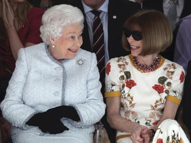 Elisabetta II, le star a colloquio con la regina: i look sbagliati e azzeccati dei vip che l'hanno incontrata