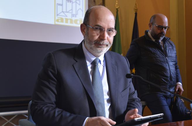 Di Maio dimesso: chi è Vito Crimi, il reggente che studia da capo