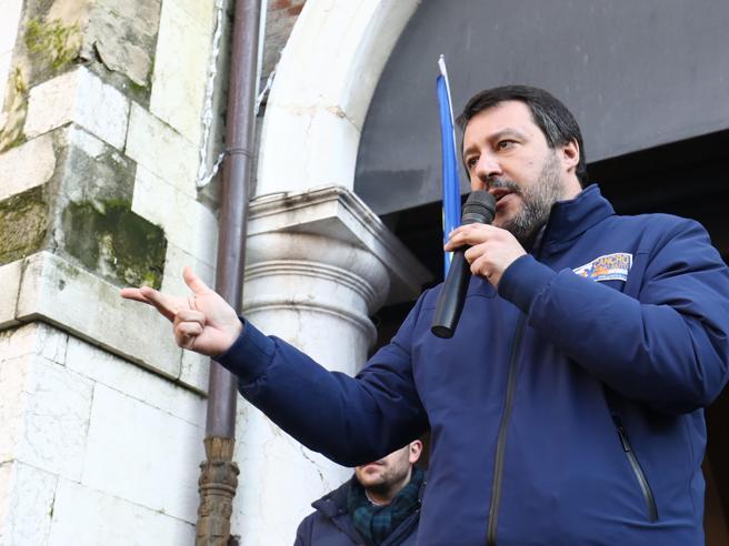 A Bibbiano la sfida Salvini-Sardine. Sul palco della Lega la mamma di Tommy Onofri
