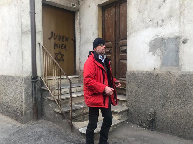 Mondovì, la scritta in tedesco «Qui ebrei» sulla porta dell'ex deportata