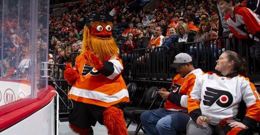 Nhl, mascotte di hockey accusata di aver aggredito un tifoso di 13 anni