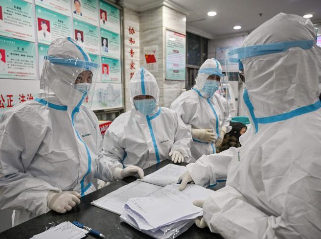 Wuhan, i medici-eroi contro il virus tra piaghe e crisi di nervi: «Siamo stremati»