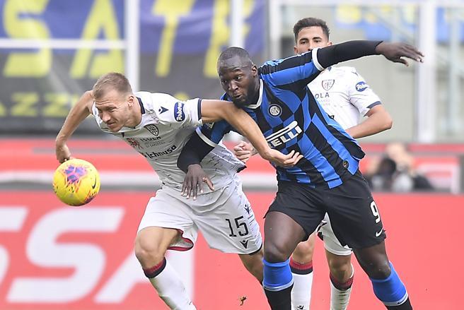 Inter-Cagliari 1-1: a Lautaro risponde l'ex Nainggolan. Espulso l'argentino,<a href=