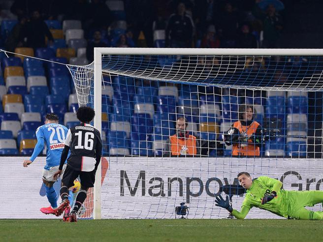 Napoli-Juventus 2-1: Zielinski e Insigne fermano l'ex Sarri, l'Inter torna a -3