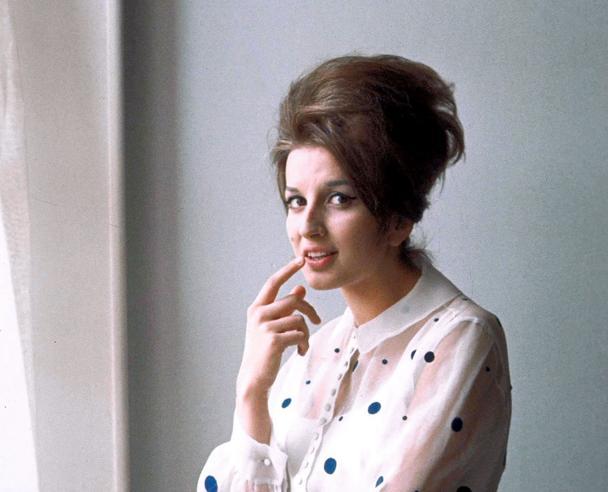 Sanremo: 70 anni di moda e glamour in mostra, dal look di Zingara di Iva Zanicchi a quello di Mille bolle blu di Mina