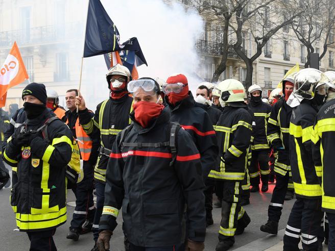 Vigili del fuoco protestano a Parigi: scontri con la polizia