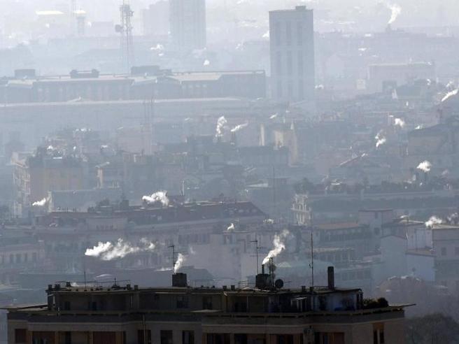 Allarme smog a Milano,Sala blocca il traffico«Domenica senza le auto»