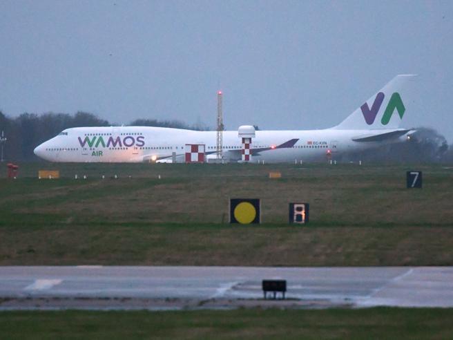 Coronavirus, l'aereo con gli 8 italiani è atterrato in Gran Bretagna