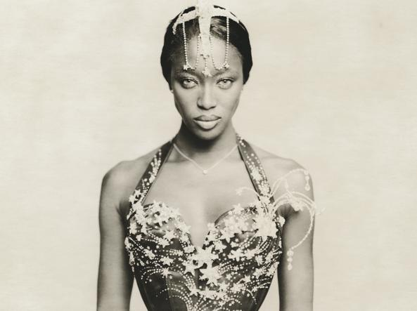 La top model Naomi Campbell in bustier John Galliano: «White Diamonds» su Vogue Italia, maggio 1997 (foto Paolo Roversi)