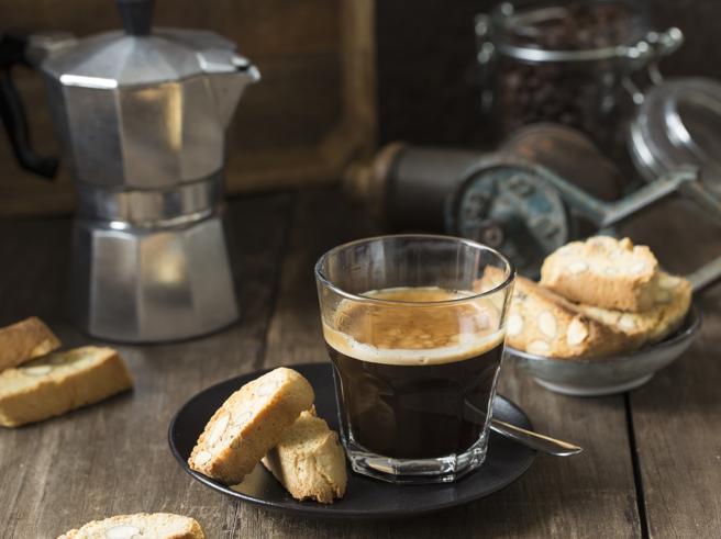 Caffè a casa, come conservarlo e prepararlo perfetto con la moka: la guida completa