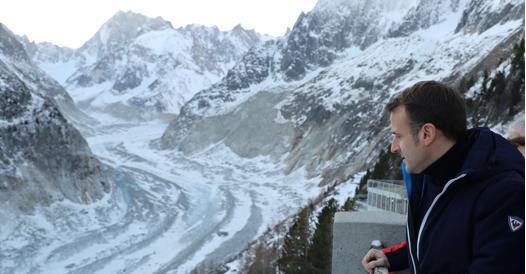 Macron sul ghiacciaio del Monte Bianco: «Da qui parte la mia battaglia green»